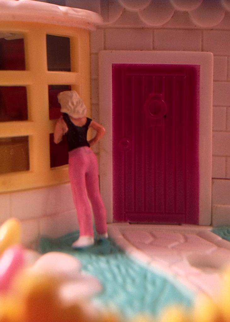 HO scale figure with Polly Pocket house
