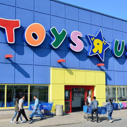 Toys R Us Store front